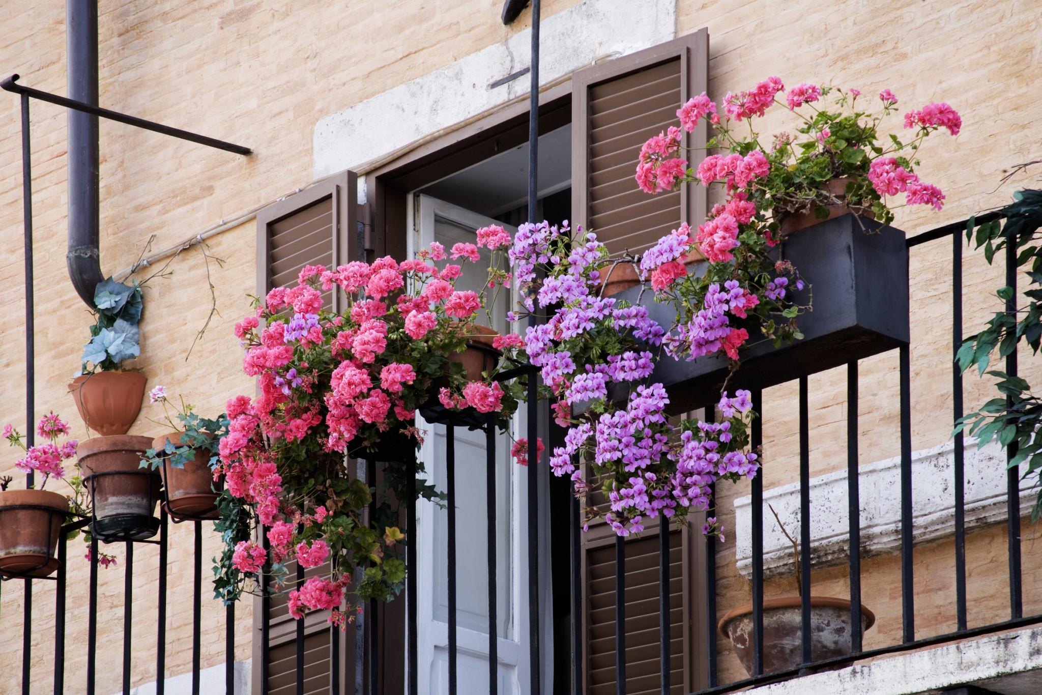 Оформление открытого балкона - создание уютного пространства.