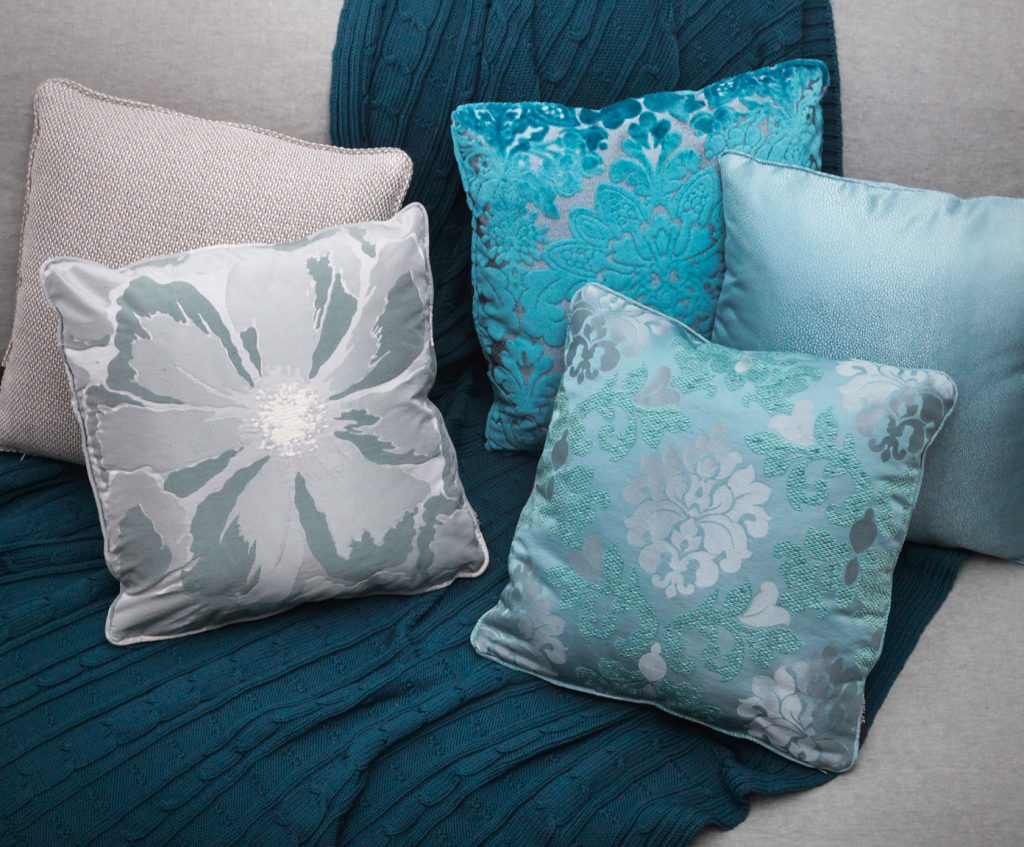 Из какой ткани сшить диванные подушки своими руками
