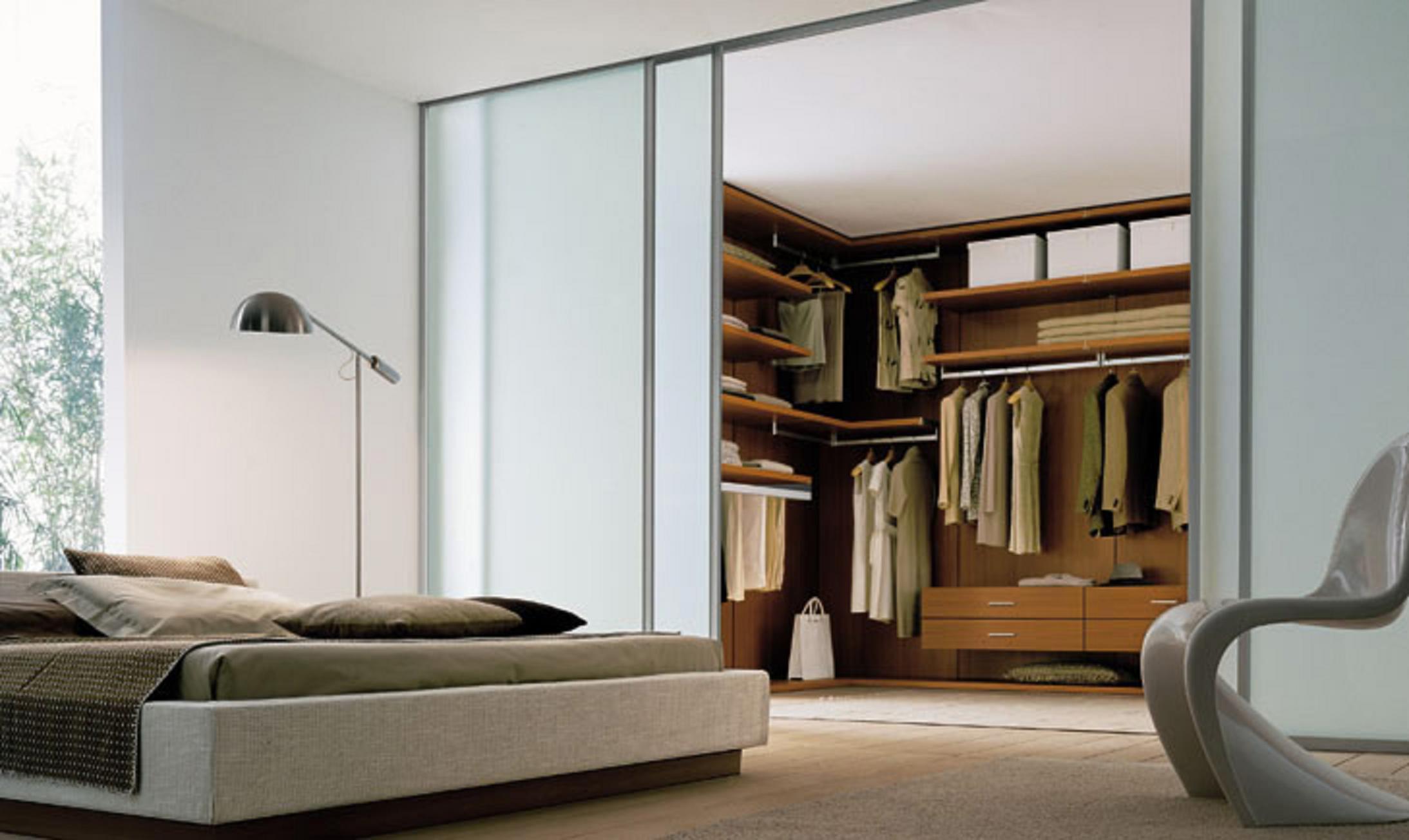 Современный дизайн спальни с гардеробной комнатой