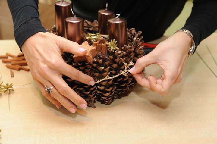 Новогоднее украшение из шишек своими руками