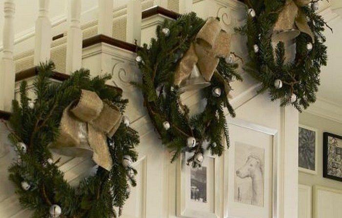 Украшение лестницы новогодними венками