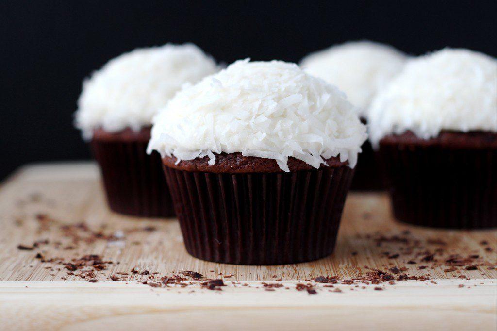 Шоколадные капкейки с кокосом