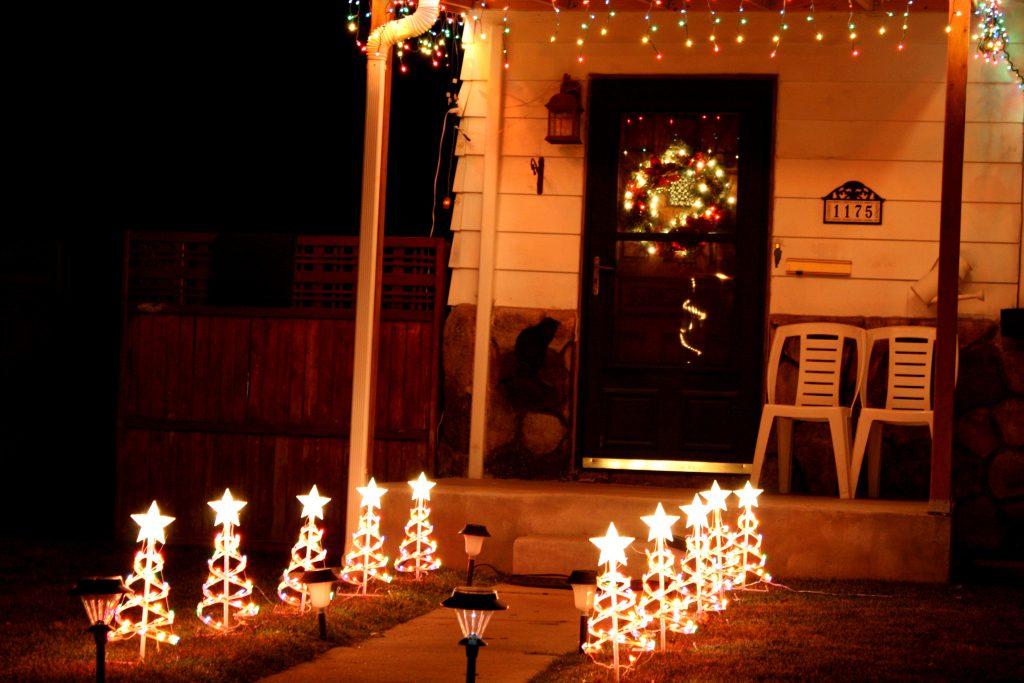 Как украсить дом гирляндой к Новому году