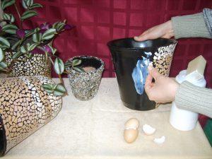 Декор цветочных горшков яичной скорлупой