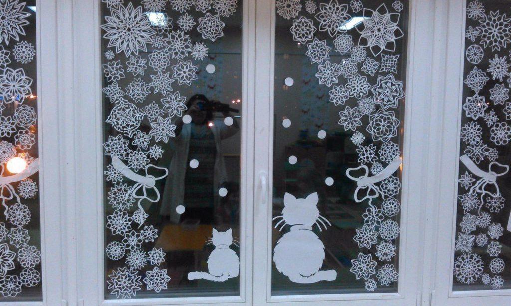 Как украсить окно снежинками в детском саду