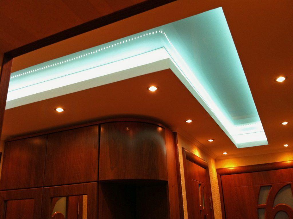 Светодиодная подсветка потолка в г-образном коридоре
