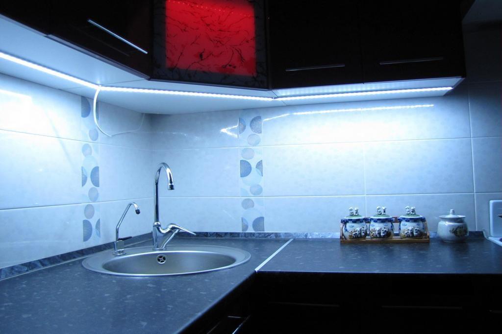 Светодиодная подсветка на кухне под шкафами