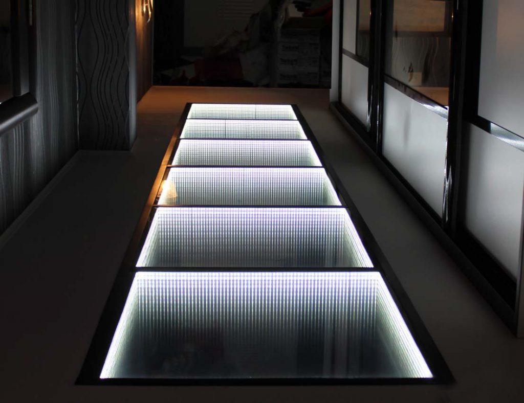 Светящийся пол в коридоре