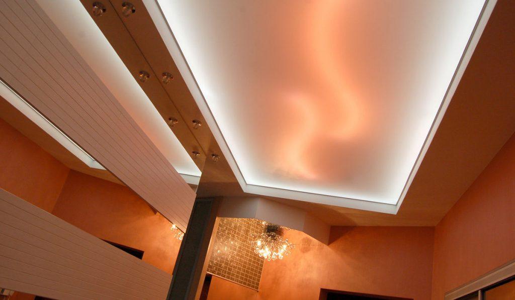 Подсветка натяжного потолка в коридоре