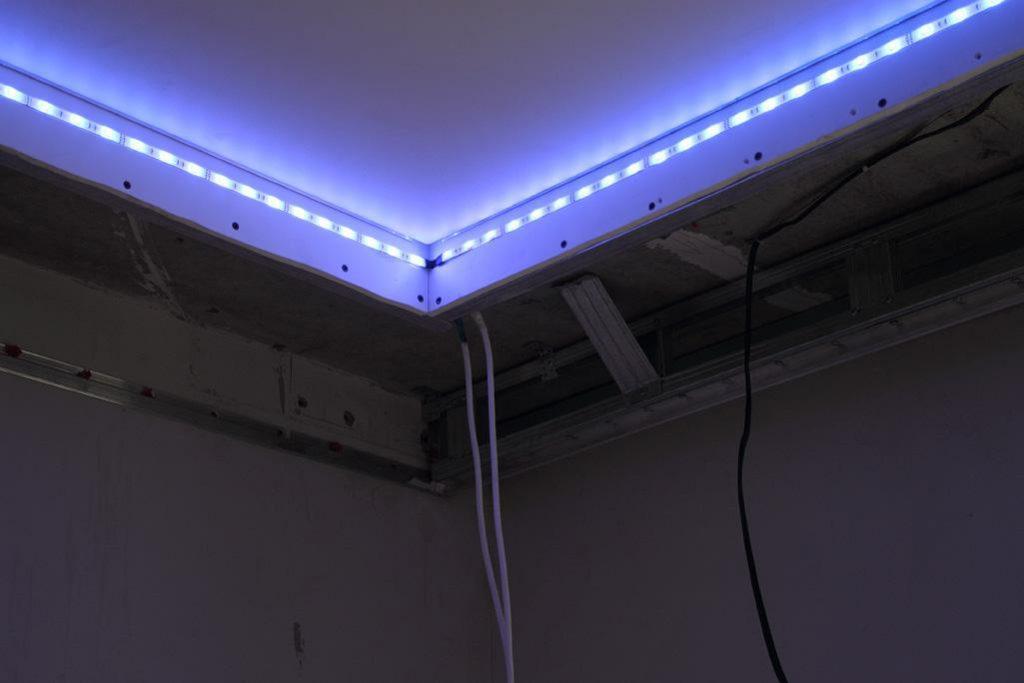 Светодиодная лента по периметру потолка