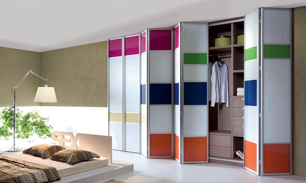 Встроенный в стену гардеробный шкаф