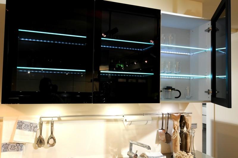 Кухонные шкафчики с внутренней подсветкой