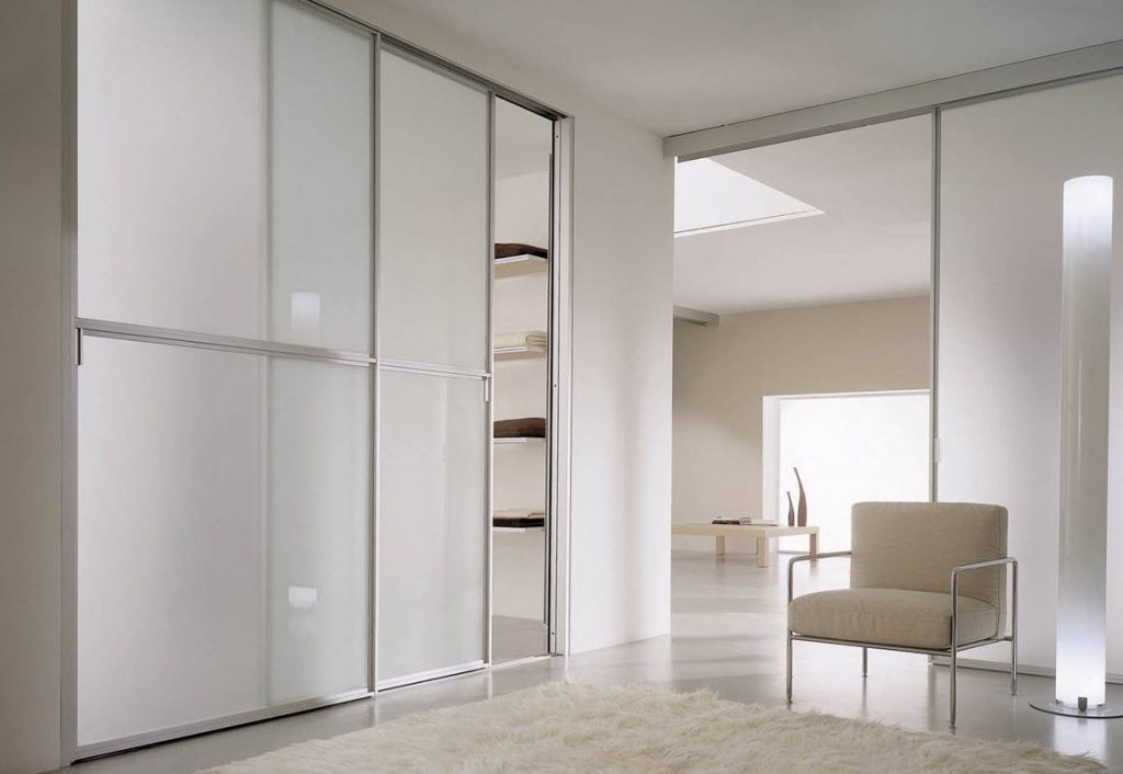 раздвижные двери из алюминиевого профиля в гардеробную