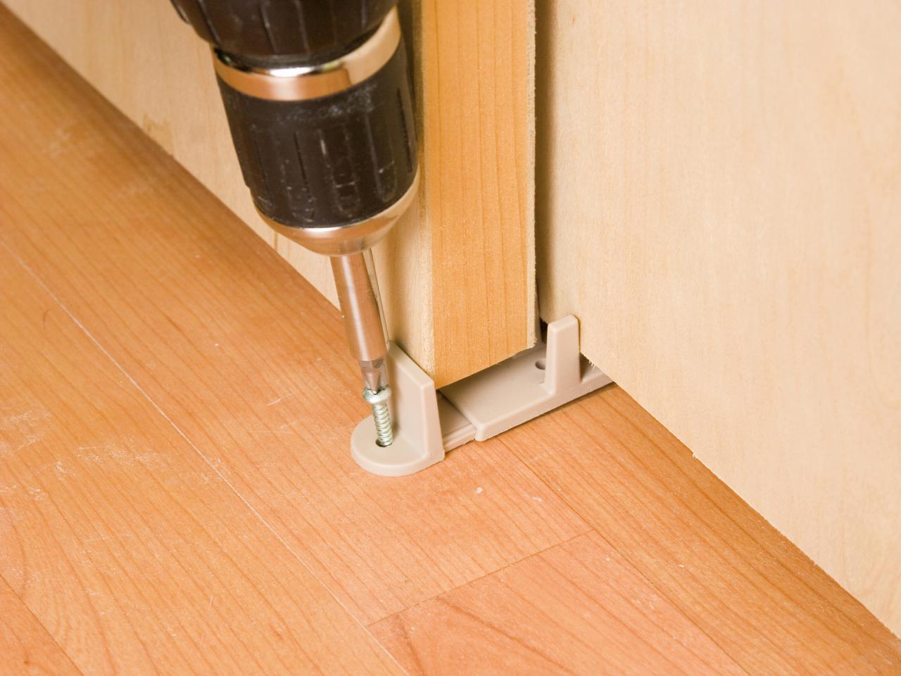 Установить дверь межкомнатную на роликах своими руками