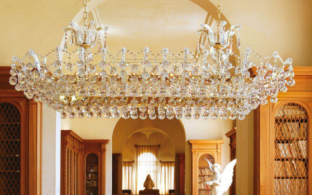 Хрустальная люстра в гостиной