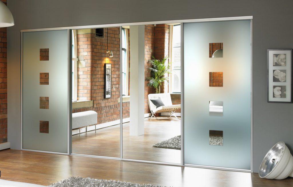 Стеклянные и зеркальные раздвижные двери для гардеробной