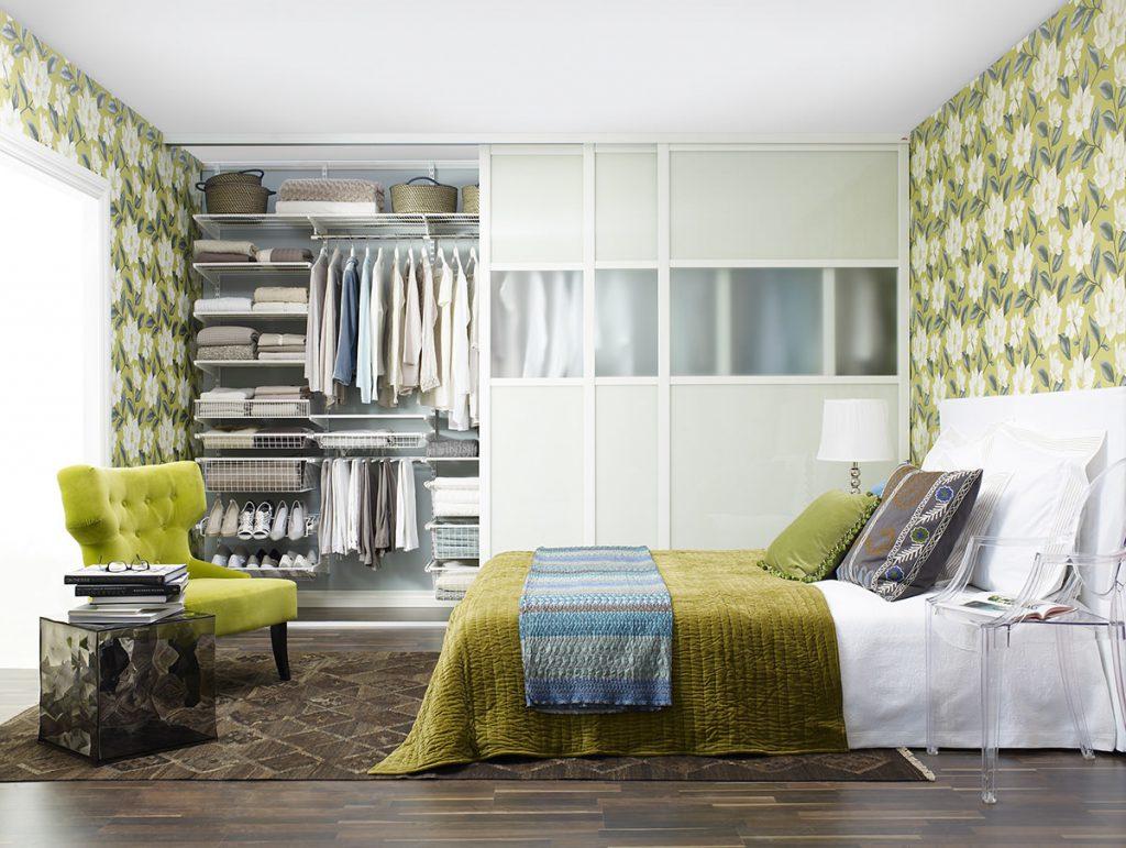Встроенный гардеробный шкаф в спальне