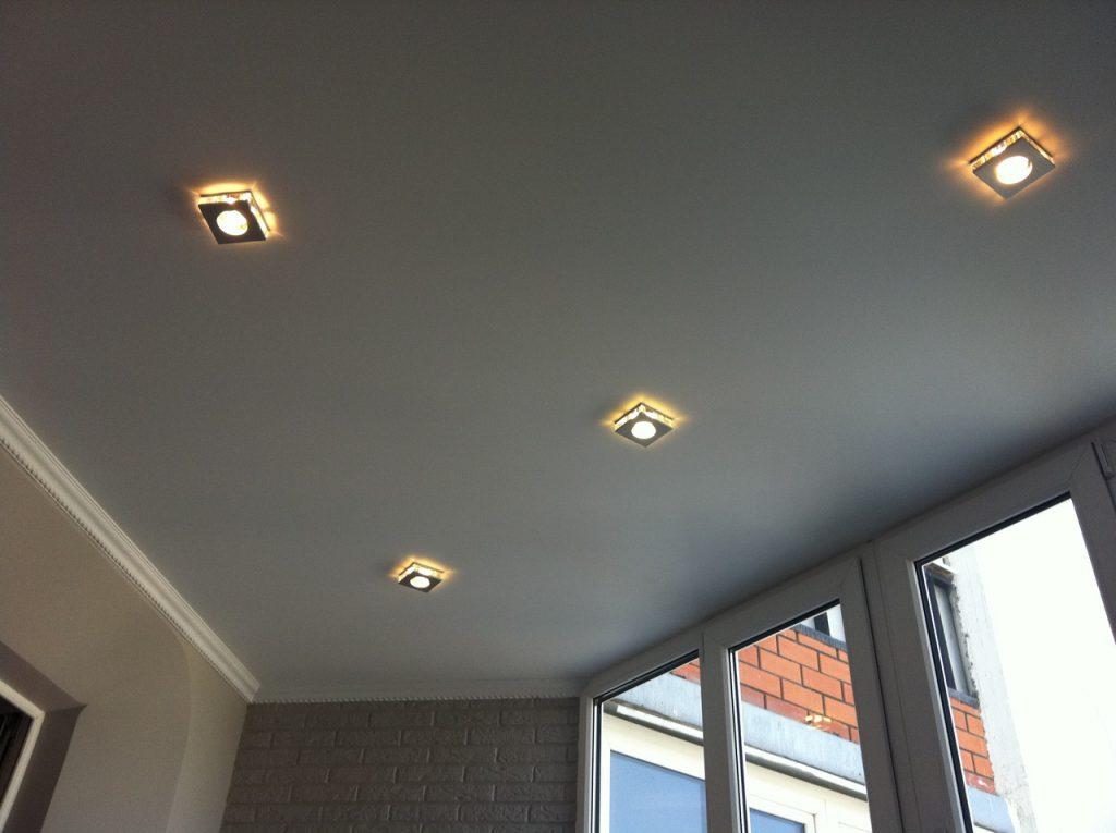 Точечные светильники на балконе