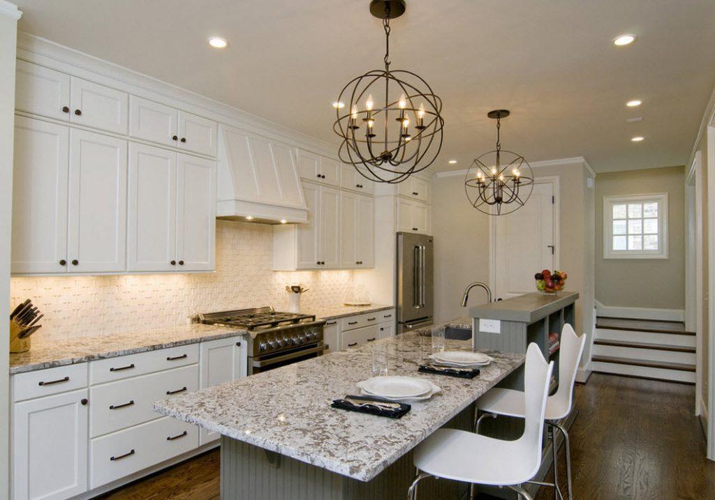 Кованая люстра в интерьере кухни
