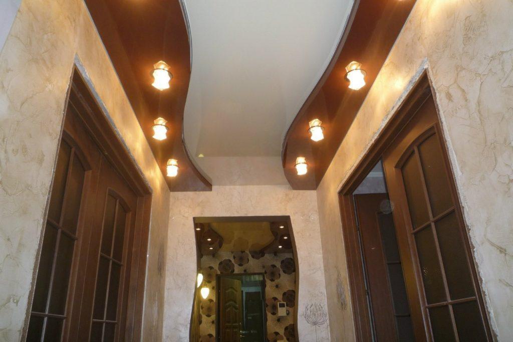 Точечные светильники в натяжном потолке в коридоре