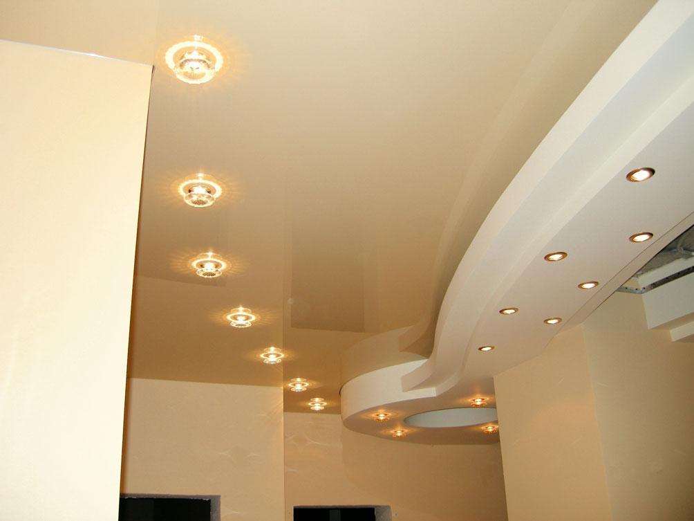 Точечное освещение потолка в коридоре