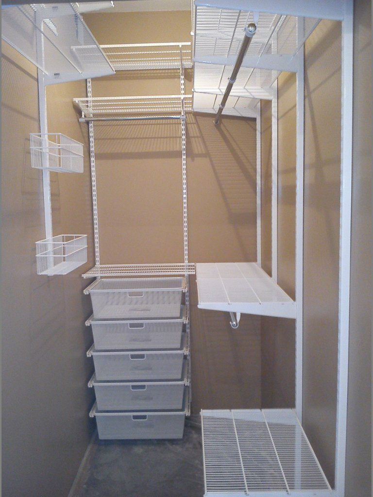 Сетчатая гардеробная система в кладовке