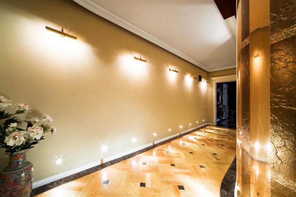 Освещение коридора с высоким потолком