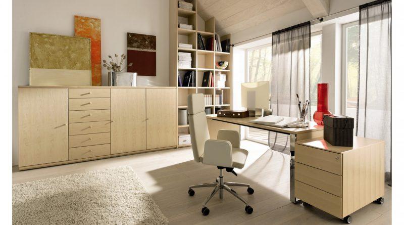 Светлое кресло и рабочий стол