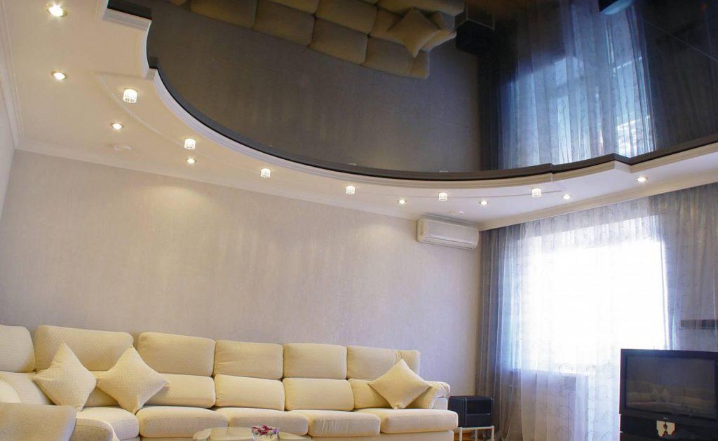 Точечное освещение потолка в гостиной
