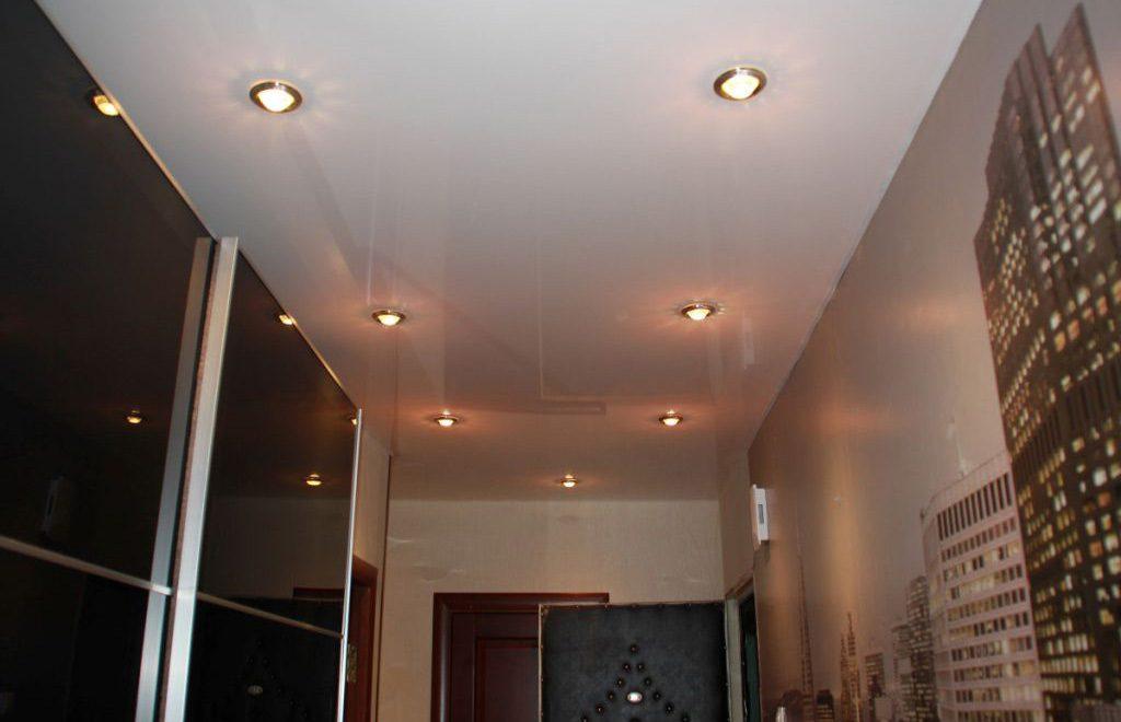 Точечное освещение потолка в прихожей