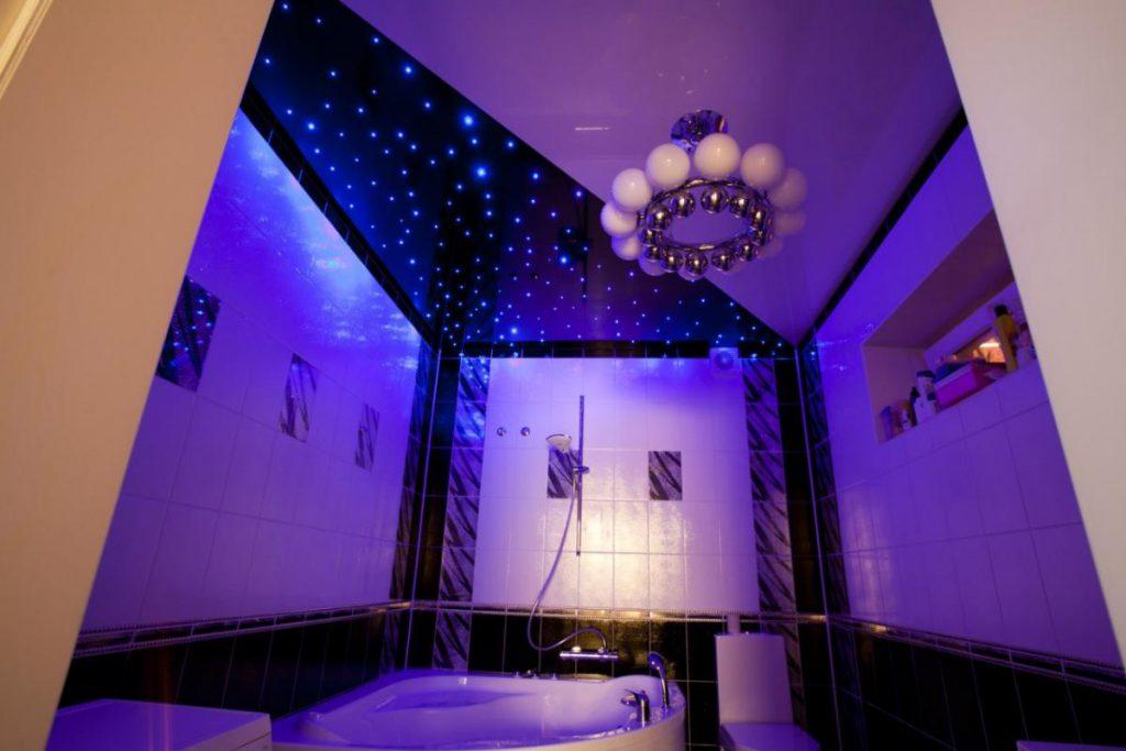 светодиодная подсветка в натяжном потолке в ванной