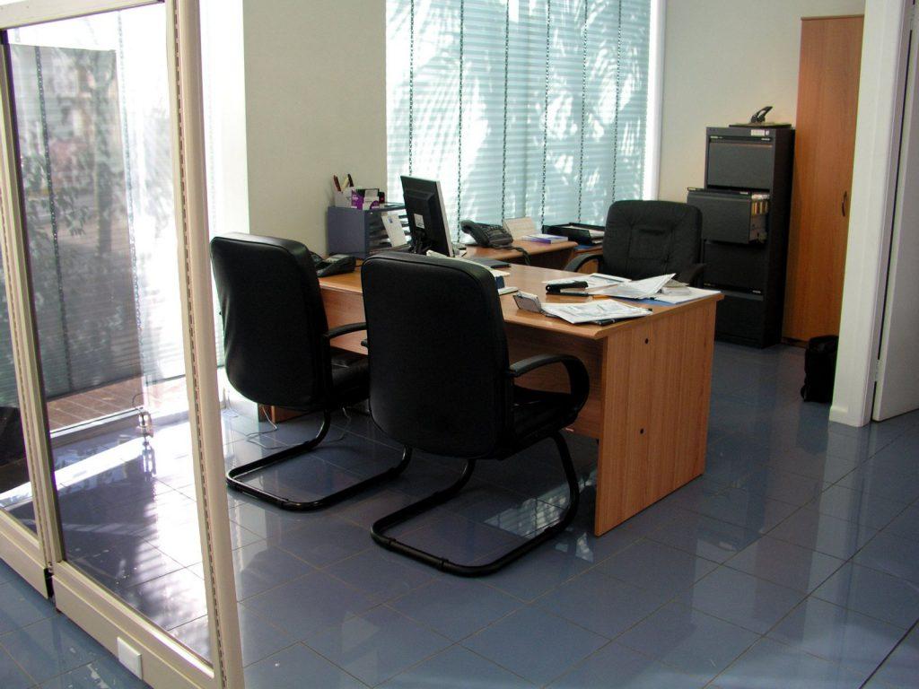 письменный стол и кресла