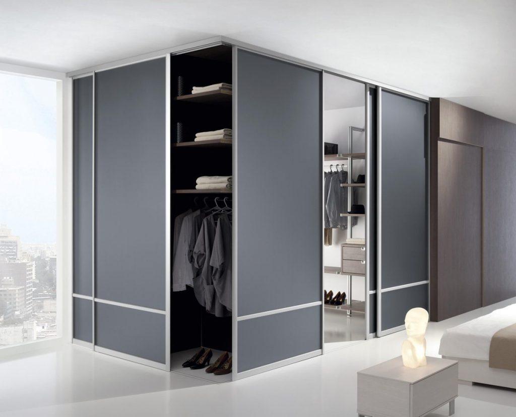 Раздвижные двери в гардеробной в качестве перегородки