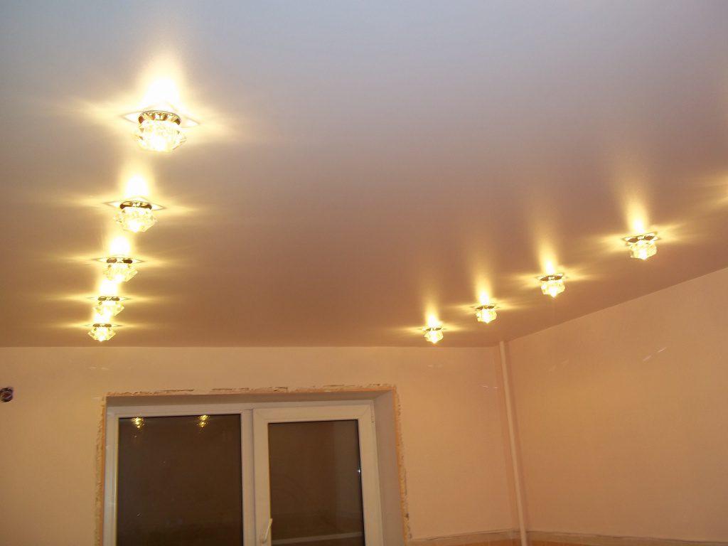 Параллельное расположение точечных светильников