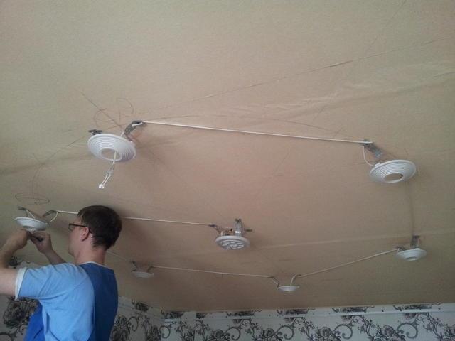 Как установить споты на натяжном потолке своими руками