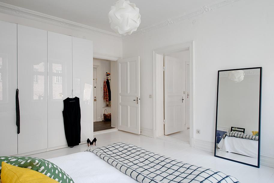 Белые двери в скандинавском интерьере