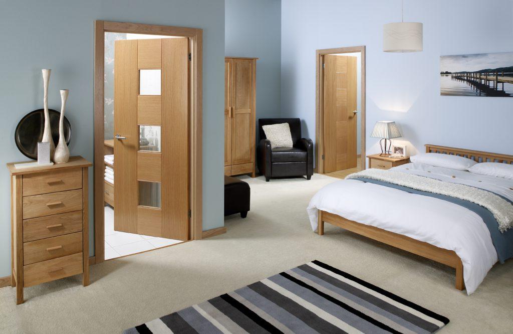 Светло-коричневые двери в интерьере