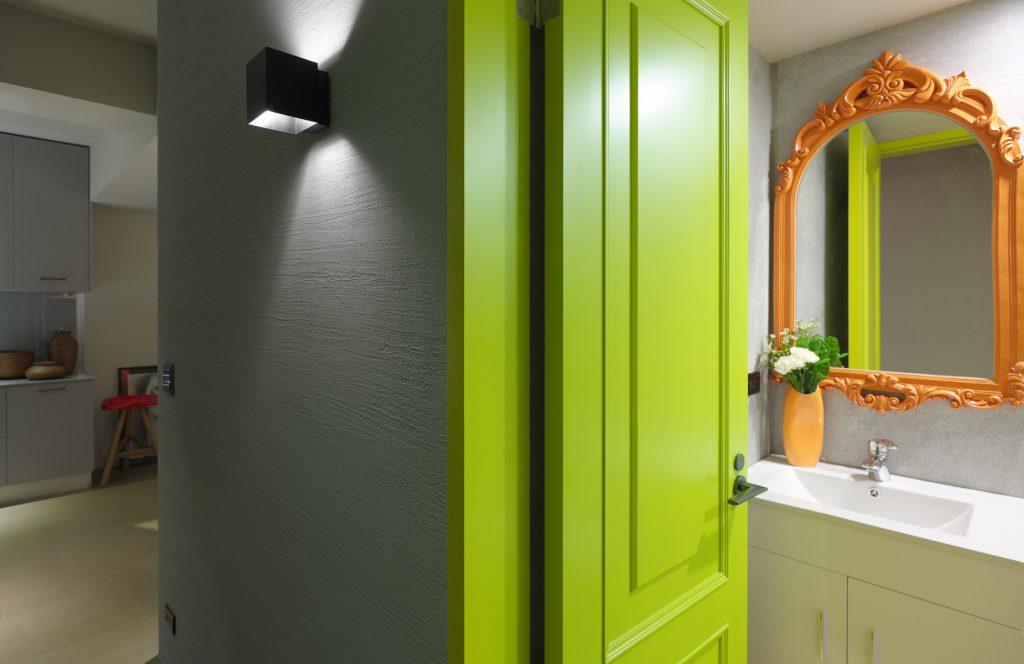 Зеленая дверь в интерьере