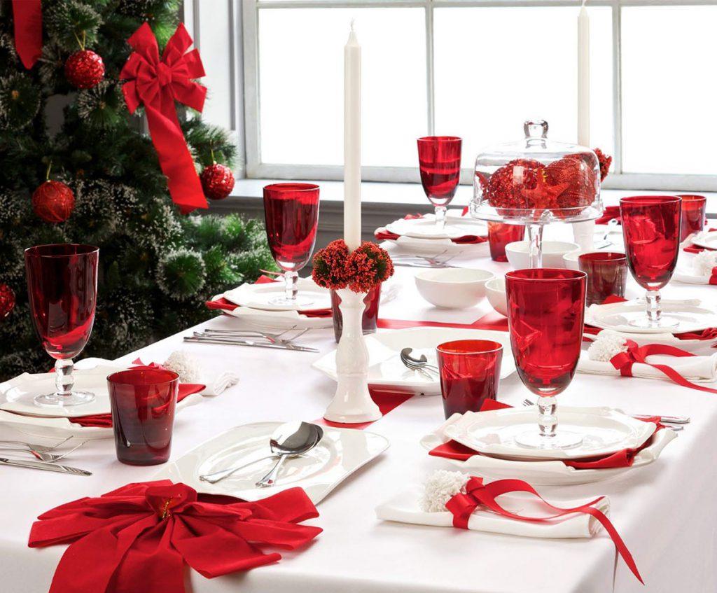 Сервировка стола в красном и белом цветах