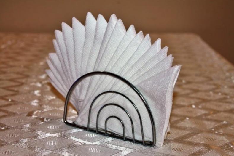 Салфетки в салфетнице одинарный веер