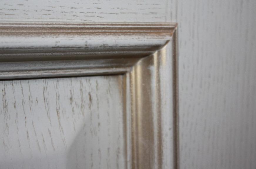 Белая дверь с патиной