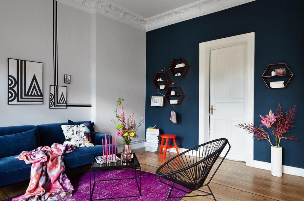 Светлые двери и синие стены