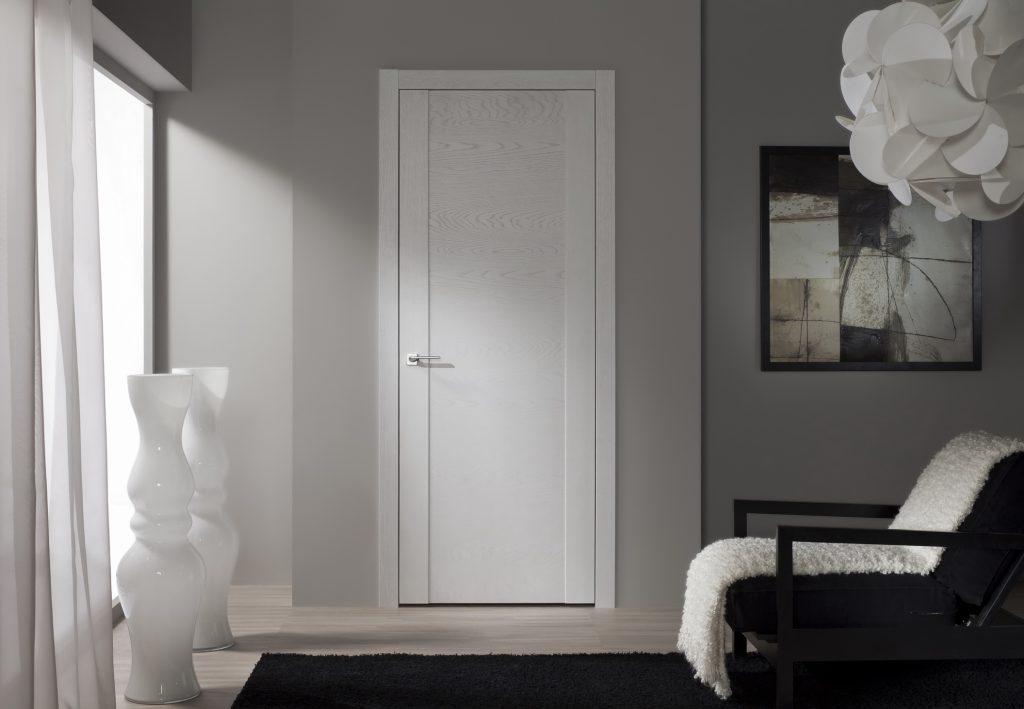 Двери из белого ясеня в интерьере
