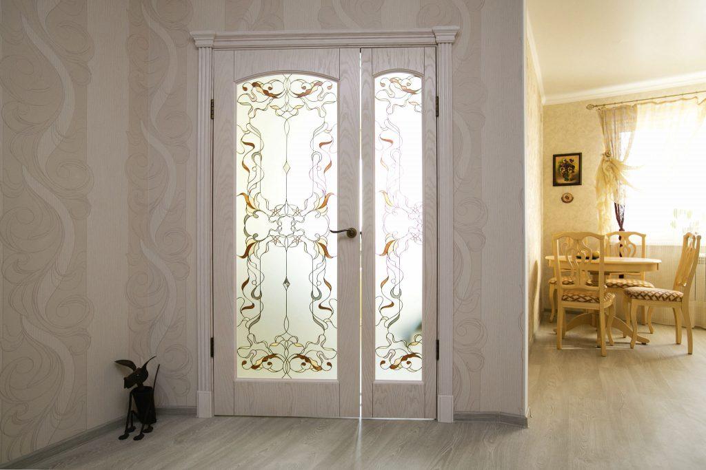 Светлые двери с витражом