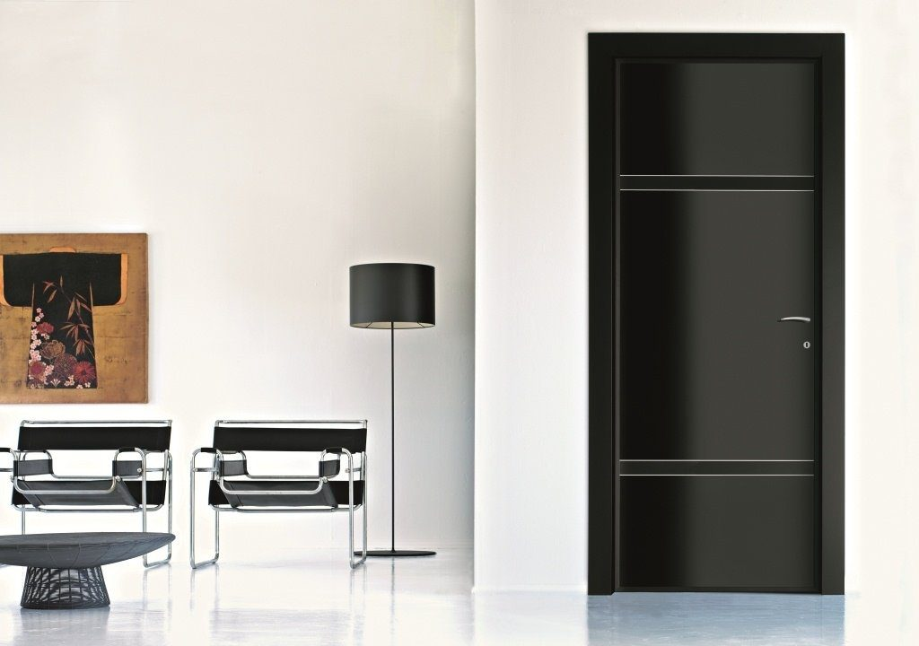 Черные двери в светлом интерьере