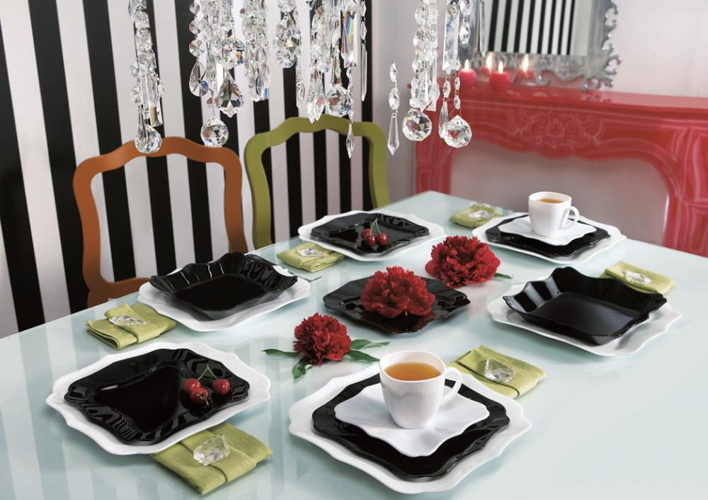 Черно-белая посуда на столе
