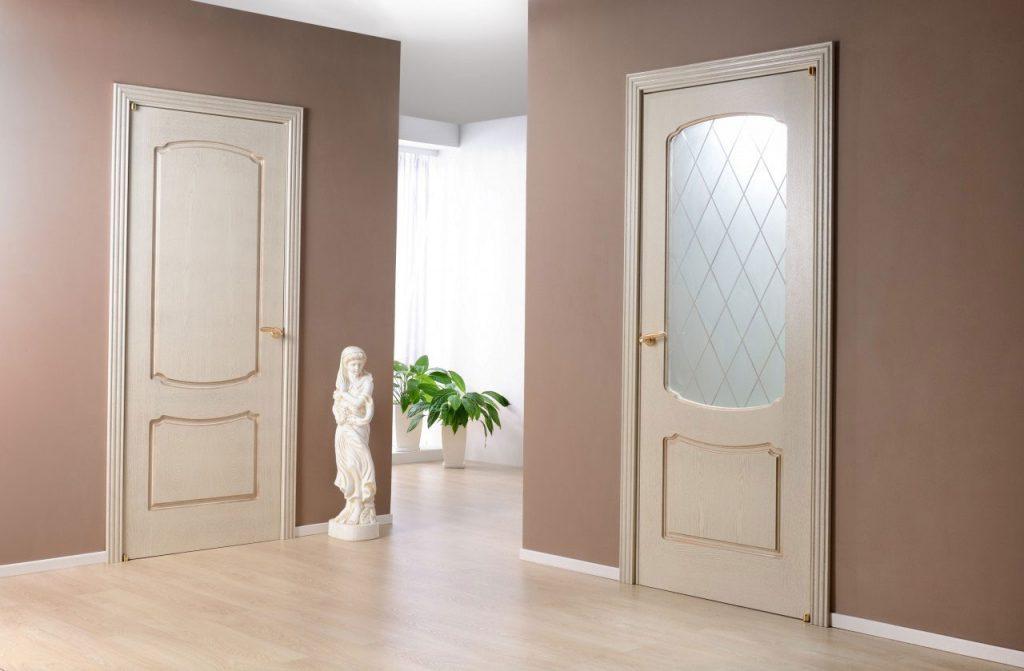 Светлые двери и светлый ламинат