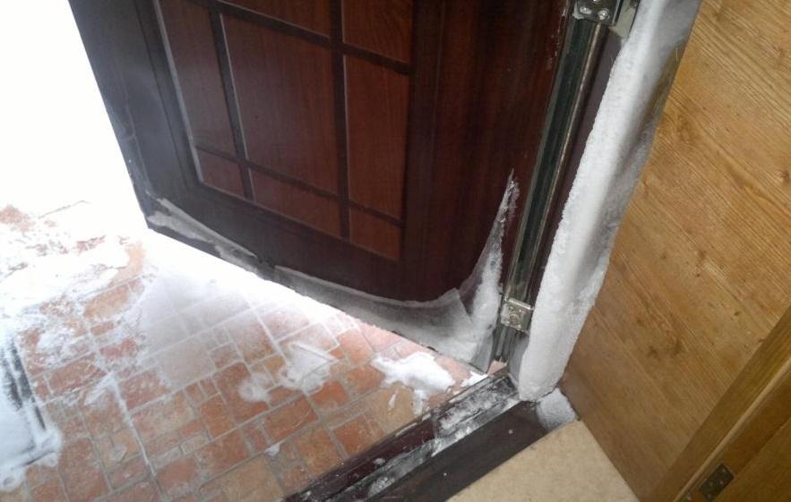 Когда утеплять деревянные двери