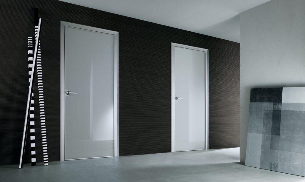 Белые глянцевые двери в интерьере
