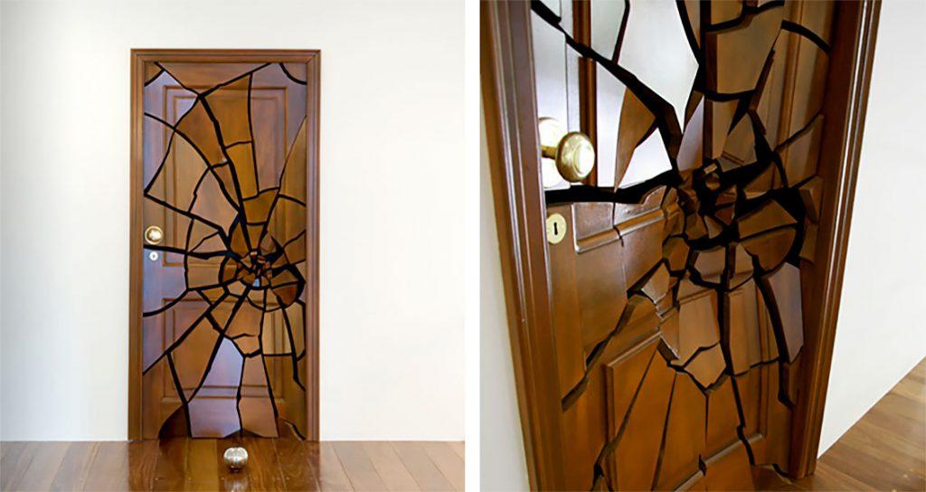 Декор двери с помощью декоративной наклейки